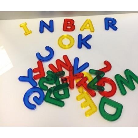 Kolorowe transparentne litery alfabetu