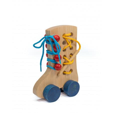 Drewniany bucik - przewlekanka. Pomoc zręcznościowa i manipulacyjna
